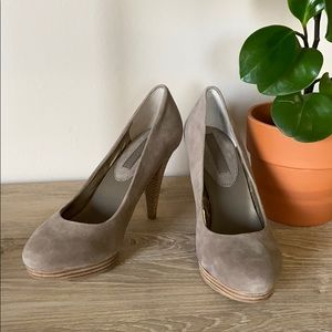NWOT Banana Republic stacked suede & wood pumps